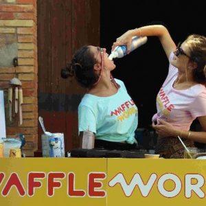 chicas waffle world tomando nata en spray