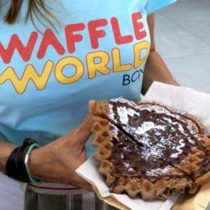 chica sosteniendo un waffle